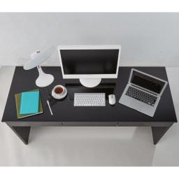引き出し付き 光沢仕上げアーバンデスクシリーズ デスク 幅150cm 天板ディスプレイ例…奥行60cmなので、パソコンを並べて使ったりプリンターを置いたりと、広々とお使いいただける設計です。 ※写真はデスク幅150cmです。