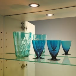 美しくしまうハイクラス壁面収納シリーズ 収納庫 LED付きガラス扉 ガラス棚 幅39cm LEDライトで光の演出を。お気に入りを照らすダウンライト付き。背面ミラーで光の反射も美しく。