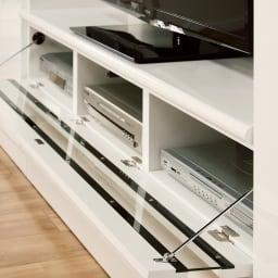 美しくしまうハイクラス壁面収納シリーズ テレビ台 幅121cm テレビ台にも使いやすさの工夫が。天板はキズや汚れに強い加工。奥行はやや深めで、テレビが見やすい。