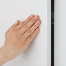 効率収納できる段違い棚シェルフ [突っ張り上置き ミラー扉タイプ 開き戸 幅90cm] 上置き高さ54.5cm 開き戸は取っ手のないすっきりデザインのプッシュ式。