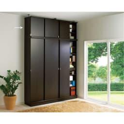 効率収納できる段違い棚シェルフ [突っ張り上置き 板扉タイプ 引き戸 幅90cm] 上置き高さ54.5cm (イ)ダークブラウン 本体幅75.5cmと90cmと上置き幅75.5cm、90cmの組み合わせ例です。