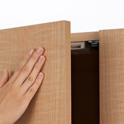 日用品もしまえる頑丈段違い書棚 ヴィンテージ木目調タイプ 上置き 幅40cm 扉は取っ手のないプッシュ開閉。