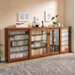 アルダー天然木ガラス引き戸本棚(書棚) 幅90.5cm コーディネート例(イ)ダークブラウン ※お届けは写真右の幅90.5cmです。