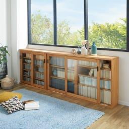 アルダー天然木ガラス引き戸本棚(書棚) 幅150.5cm コーディネート例(ア)ナチュラル ※お届けは写真右の幅150.5cmです。