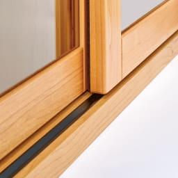 アルダー天然木ガラス引き戸本棚(書棚) 幅150.5cm たっぷり収納しても滑らかに動くV字レール。