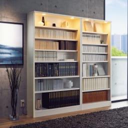 美しく本を照らすLED付き 本を愛する人のための書店風本棚 幅100cm コーディネート例(イ)ホワイト(ライト点灯時) ※お届けは写真左の幅100cmです。