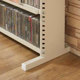 たっぷり収納!スチールラック スタンド式 CD用 幅90cm スタンド式の脚部は、前倒れ防止構造で安心。