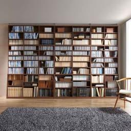 脚元安定1cmピッチ棚板頑丈薄型書棚 突っ張りタイプ本体高さ232.5cm コーディネート例(ア)ダークブラウン