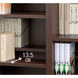 奥行29.5cm 薄型マガジンキャビネット ベース 段違い棚オープンタイプ1列[高さ85・幅37.5cm] 棚板の奥行(1枚あたり)は、13.5cm。奥行違いにすれば段違い収納ができ、奥行を同じにすればぴったりと収納できます。