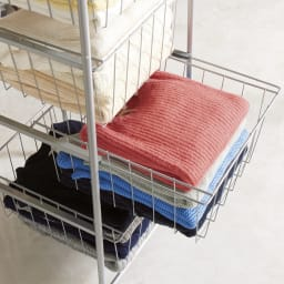 奥行53cm上下カーテン付き突っ張り頑丈ハンガーラック スライドバスケット7段 バスケットはスライド式で、畳む衣類の収納に。