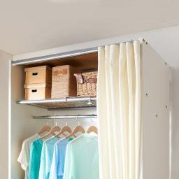 カーテン取り替え自在ハンガーラック 棚付きタイプ・幅85~125cm 上棚は季節の衣類や収納ボックスを入れるのに便利です。