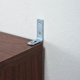 通気性の良い 引き戸ルーバーワードローブ 幅150cm 壁と本体をしっかりと固定できる転倒防止金具付きです。