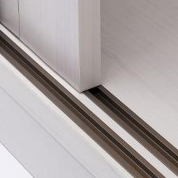 通気性の良い 引き戸ルーバーワードローブ 幅150cm 引き戸は戸車でストレスなくスムーズに動きます。