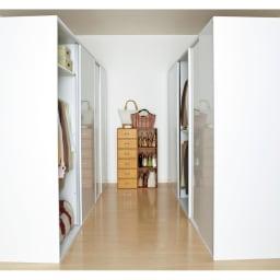 光沢仕上げ 引き戸ロッカー 幅120cm 前面は光沢仕上げで清潔感があります。空いた部屋を対面使いのクローゼットにすることも可能です。