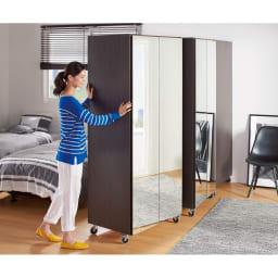 移動式間仕切りクローゼットハンガー ミラー扉タイプ・ハンガー1段 大型ながら移動はすいすいラクチン。床のお掃除もしっかりできます。(※畳の上や絨毯の上での移動はおやめください。)