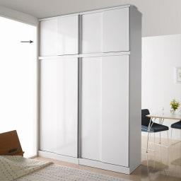 引き戸間仕切りワードローブ 幅88cm用「オーダー上置き」 扉閉め時 ホワイト 本体(別売)の上に上置きを設置して撮影しています。