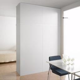 引き戸間仕切りワードローブ 幅88cm用「オーダー上置き」 本体(別売)の上に上置きを設置して撮影しています。 ホワイトの間仕切りだと、まるで部屋の壁面みたいです。 ホワイト