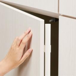 システム壁面ワードローブ ハンガー&引き出し・幅80cm 扉は軽く押すだけで開くプッシュ式。埃の侵入を防ぐ防塵フラップ付きです。