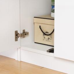 【薄型で省スペース!】梁避け対応システムユニット 奥行44cmタイプ 棚収納 床から扉の底辺までは約9cm。扉開閉時にラグなどを引きずる心配はありません。