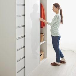 衣類をまとめて収納できる光沢仕上げタワーチェストクローゼットハンガー 幅105cm 引き戸なら狭いお部屋でも開閉にスペースを取りません。