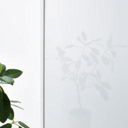 衣類をまとめて収納できる光沢仕上げタワーチェストクローゼットハンガー 幅105cm 前面は光沢のあるポリエステル合板を使用しています。