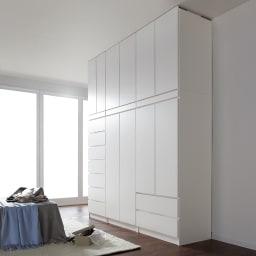 必要な時だけ引き出せるちょいかけハンガー付きクローゼット ハンガー1段引き出し2杯 幅80cm コーディネート例(ア)ホワイト ※シリーズ商品の組み合わせで壁一面を壮大なクローゼットにすることもできます。