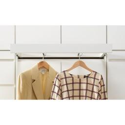 必要な時だけ引き出せるちょいかけハンガー付きクローゼット 棚7段 幅60cm 本体の幅よりも洋服の幅が内側になるよう工夫。ハンガーを掛けた際に斜めになりにくい設計です。