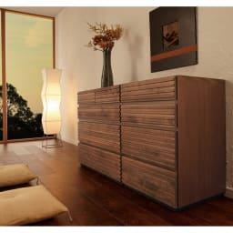 天然木横格子柄のローチェスト 幅60cm・5段 (使用イメージ)※写真は(左)幅90cm・4段タイプ(右)幅60cm・4段タイプです。