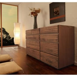 天然木横格子柄のローチェスト 幅120cm奥行44cm・5段 (使用イメージ)※写真は(左)幅90cm・4段タイプ(右)幅60cm・4段タイプです。