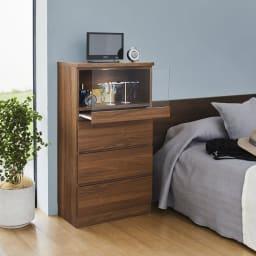 【推し活応援】LEDライト付きギャラリーチェスト 幅90cm 使用イメージ(イ)ブラウン 寝室ではナイトテーブル代わりに。引き出しはリネン類の収納に便利。 ※写真は幅59.5cmタイプです。