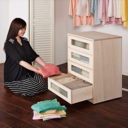 【ローチェスト】ブティックのような モダン桐クローゼットチェスト 幅100cm・3段 本体が移動できるので、衣類の整理整頓の際にも便利です。
