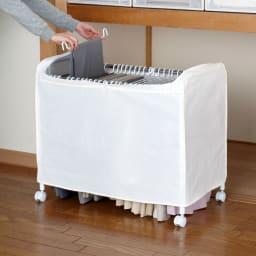 ジーパンもOK!頑丈スラックスハンガー 洗えるカバー付き・30本掛け カバーを開けて、上からハンガーごと取り出して、スラックスを出し入れします。