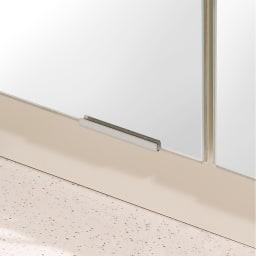 前面ミラー&板戸シューズボックス 段違いミドルタイプ・幅30.5 高さ93cm (ア)ミラー扉タイプは、鏡の脱落防止用に上下に専用金具を取り付けた安心構造。