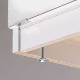 前面ミラー&板戸シューズボックス ミドルタイプ・幅75.5 高さ93cm 水はけよくするために玄関は傾斜がついているもの。アジャスターで調整することで本体を水平に調整できます。