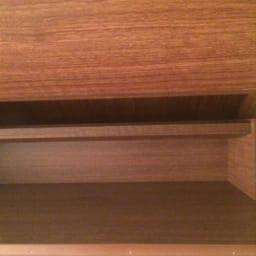 静かに閉まる薄型フラップシューズボックス シングル4段 幅70cm フラップ収納の棚内も美しく化粧されております。細かなところまでこだわった造りです。
