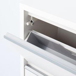 静かに閉まる薄型フラップシューズボックス シングル3段 幅90cm 扉は静かにゆっくり閉まります。ダンパー付きで、扉はバタンと音がせずに静かに閉まります。 ※写真に写っているグレー色のトレーは商品には付属しません。