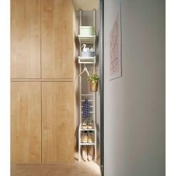 玄関のすき間を活用できる 突っ張りハンガーシューズラック 幅69.5cm 使用イメージ(ア)ホワイト わずかなすき間がいろいろしまえる収納空間に! ※写真は幅29.5cmタイプです。