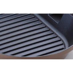 IH対応着脱式ハンドル オーバルグリルパン 余分な脂が落とせる波形で焼き目もきれい。