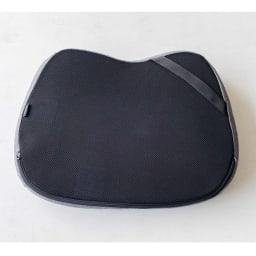 テクノジェル(R)シートクッション 裏面には椅子に固定するためのゴムベルト付き。