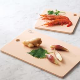 抗菌力が持続する軽くなったまな板パルト お得用ミニ2点セット コンパクト+ミニ 基本のコンパクトに、出番の多いサイズを組み合わせたお得なセットをご用意。果物用にも重宝なミニとのセットと、魚や肉用としても活躍するスクエアとのセットがございます。