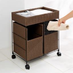 ラタン風 分別 ランドリーバスケット 上段のカゴは、お風呂上がりの着替えやタオル置き場にも。