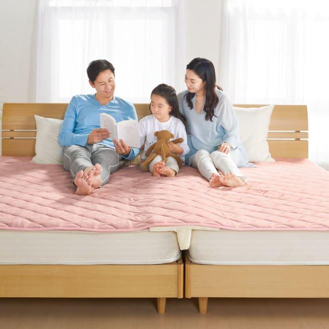 アクアジョブ(R) 寝心地UP 速乾・消臭パッドシーツ 裏面メッシュ 【ファミリーサイズ:約幅:200・220・240・280cm】 (ア)ピンク ファミリーサイズ 並べたベッドや敷布団に使えるファミリー用のサイズです。大きくてもしっかり乾くので気軽に洗えるのがうれしい。 ※写真はレギュラータイプ