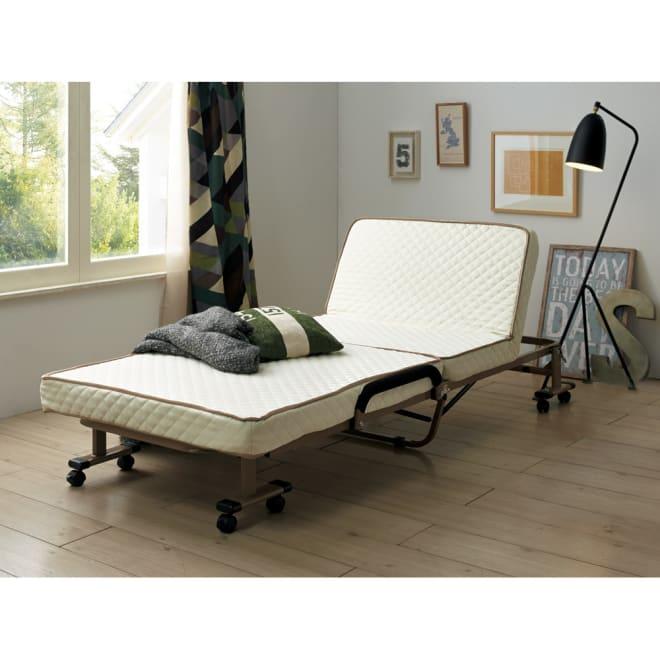 開梱してすぐ使える!組立不要 低反発ウレタン入り折りたたみリクライニングベッド 使用イメージ(ア)アイボリー