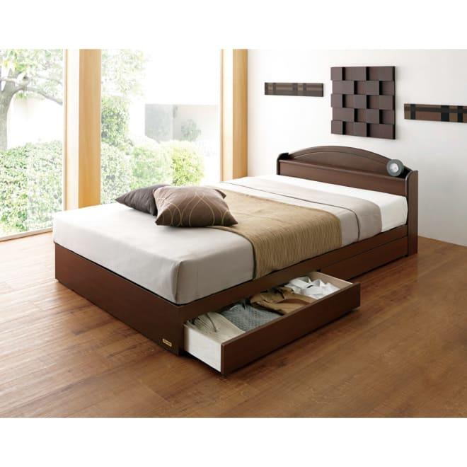 フランスベッド 天然木棚付き引き出しベッド 羊毛入りマルチラススーパースプリングマットレス付き 使用イメージ(ア)ブラウン ※写真はセミダブルです。