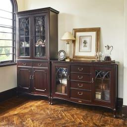 クラシカルロイヤル ケントハウスシリーズ サイドボード コーディネート例 英国調のアンティーク家具のような重厚感ある佇まい。お部屋を格調高い雰囲気に導きます。 ※お届けは写真右のサイドボードです。