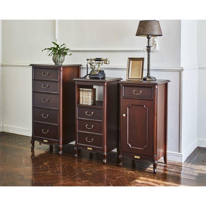 クラシカルロイヤル ケントハウスシリーズ キャビネット コーディネート例 英国調のアンティーク家具のような重厚感ある佇まい。お部屋を格調高い雰囲気に導きます。 ※お届けは写真右のキャビネットです。