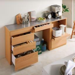 組み合わせ自由な大理石調天板キッチンカウンター オーク 幅60cmカウンター コーディネート例 カウンター下はかさばるもののストックにも便利。 ※お届けは中央の幅60cmカウンターです。