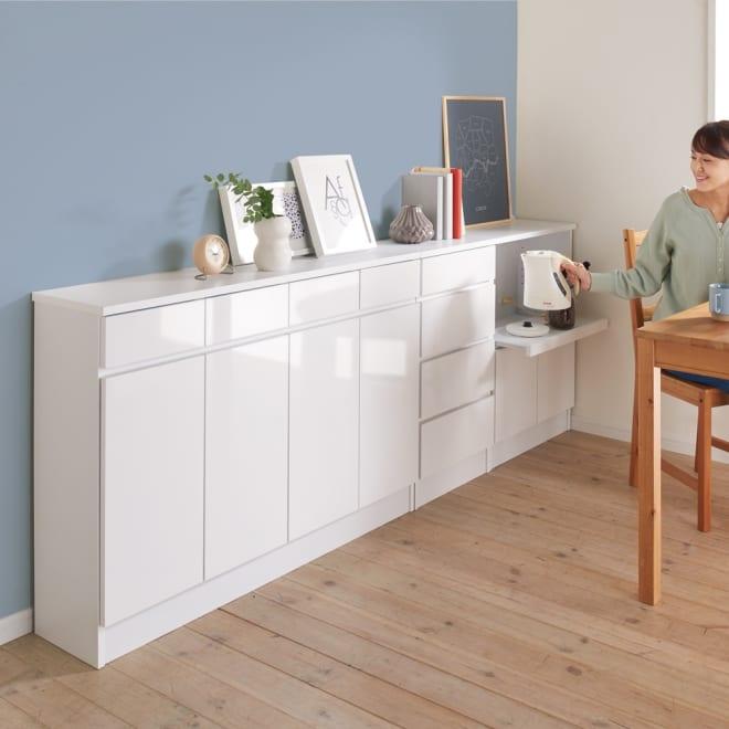 家電も小物も使いやすくしまえるカウンター下収納庫 カウンター扉 幅117.5cm コーディネート例(ア)ホワイト