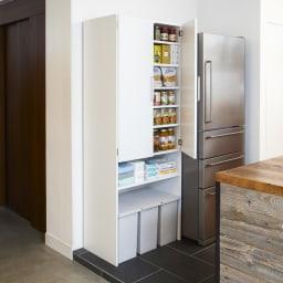 《幅69cm》ゴミ箱上を有効活用!下段オープンたっぷり収納庫 ゴミ箱上の無駄なスペースを活用できるキッチンストッカー。上部は扉付きの収納棚、下部にはゴミ箱が複数個並べられます。