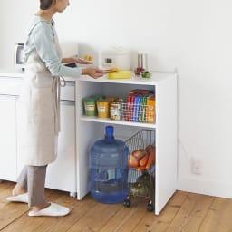 ゴミ箱上を有効活用!キッチンカウンター作業台 幅59cm・奥行44cm ゴミ箱上のデッドスペースを作業台や家電置きに有効活用。カウンターと並べて、料理のサポート台にもなる高さです。
